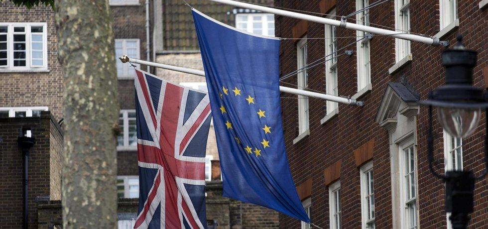Vlajky Evropské unie a Spojeného království vlají v ulicích britských měst