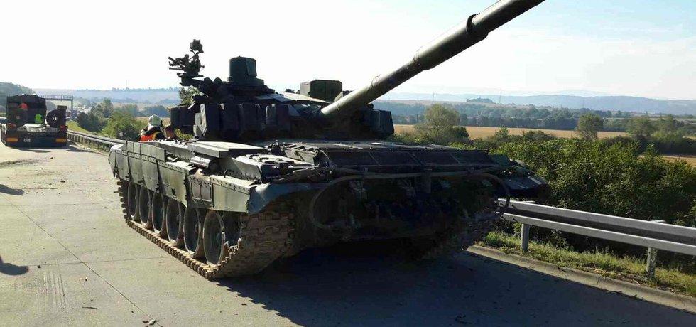Tank T-72 M4CZ, který se sesunul z vojenského tahače na dálnici D35