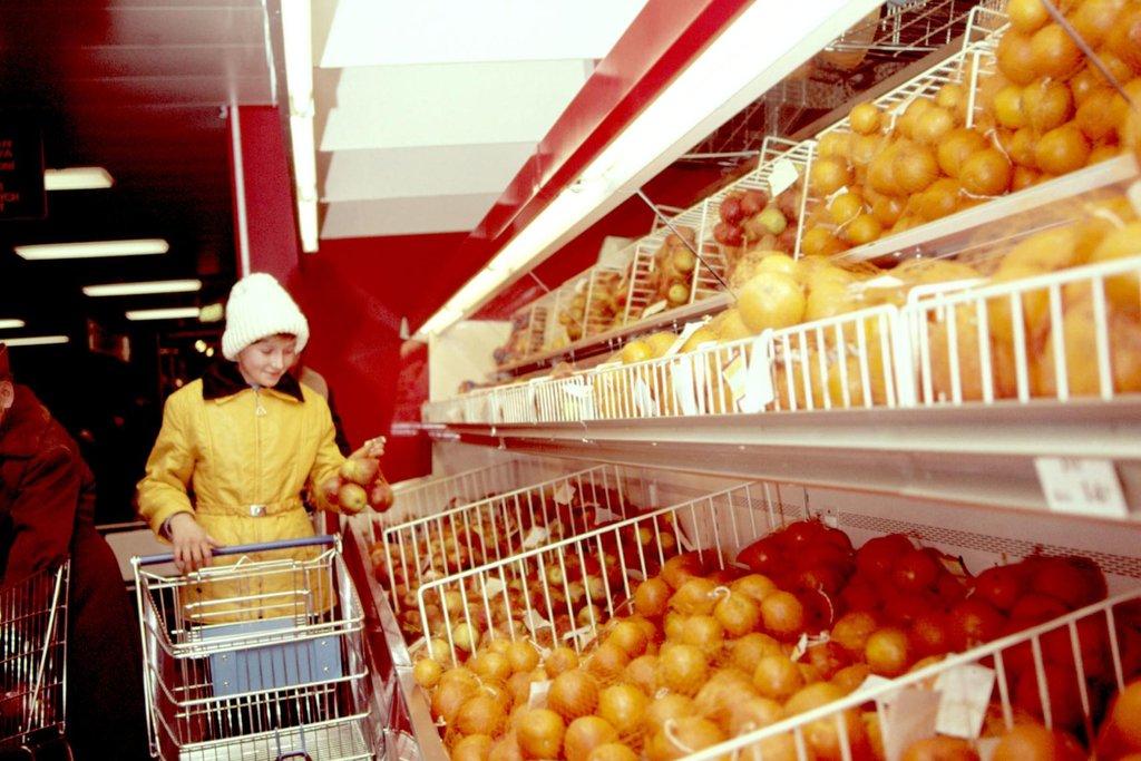 Pomeranče, kam se podíváš. Nezvykle velké množství populárního ovoce při otevření obchodního domu Kotva.