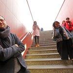 Tady čeká na turisty přijíždějící z ruzyňského letiště první pražská atrakce: závod v nošení kufrů na čas.