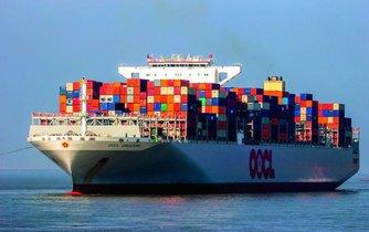 Město na moři. Moderní velkokapacitní kontejnerové námořní lodě dovedou přepravit přes 20 tisíc standardizovaných šestimetrových kontejnerových jednotek (TEU). Dnes se stavějí takoví obři většinou v čínských a jihokorejských loděnicích.