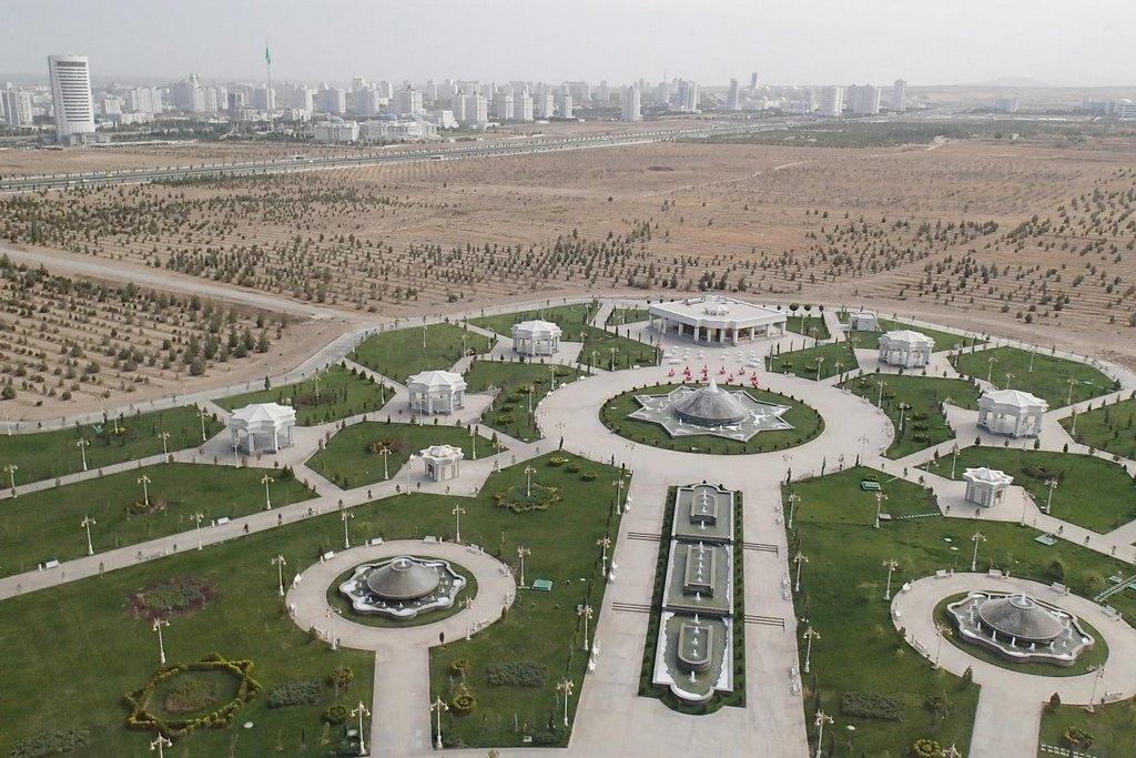 Ašchabád, hlavní město velice zvláštní středoasijské republiky jménem Turkmenistán.