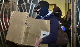 Policisté vycházejí z budovy v pražské ulici Na Perštýně, kde byli vyslýcháni obvinění v kauze týkající se zneužívání evropských dotací z Regionálního operačního programu (ROP) Severozápad.