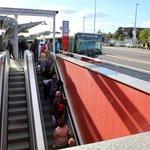 Letos na jaře dopravní podnik sice svou chybu konečně napravil, ale jenom částečně. U vstupu na autobusový terminál na Veleslavíně uvedl do provozu úzké eskalátory. Avšak bez střechy. V červnu proto eskalátory vyřadil z provozu přívalový déšť a bylo třeba je několik dní vysoušet.