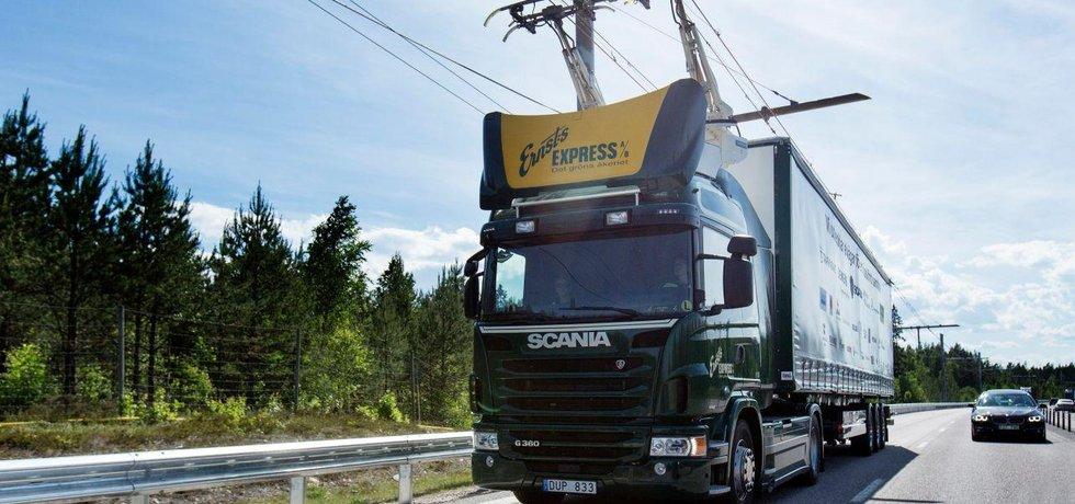 Tahač Scania na zkušebním elektrifikovaném úseku dálnice v Hesensku