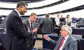 Britští europoslanci Syed Kamall a Nigel Farage diskutují se šéfem EK Jean-Claude Junckerem na půdě Evropského parlamentu ve Štrasburku.