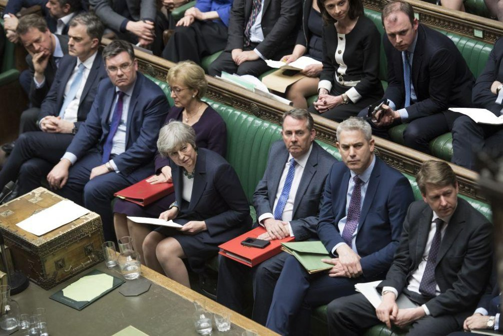 Britští poslanci a premiérka Theresa Mayová