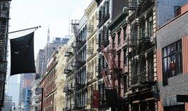 Realitní extrém v New Yorku: majitel rozpůlil byt horizontálně, nájemníci chodili po kolenou