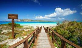 """Kdo chce až na pláž, připlatí si. Sardinie zavádí """"protituristické"""" opatření"""