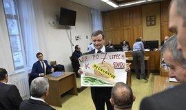 Bývalý hejtman Středočeského kraje David Rath ukazuje obrázek s kritikou pomalé práce justice v soudní síni krajského soudu v Praze