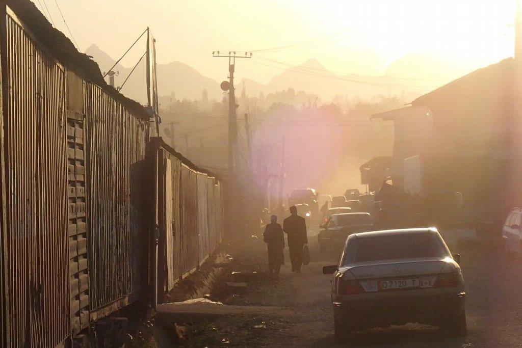 Typicky zaprášená ulice ve městě Oš na jihu Kyrgyzstánu poblíž hlavního tržiště.