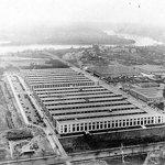 Před druhou světovou válkou bylo americké ministerstvo války rozmístěno do několika budov, které kromě Washingtonu D.C. sídlily i ve státech Maryland a Virginia. Po vypuknutí války se personál rozrostl do takových rozměrů, že situace už byla neúnosná. Prezident Franklin D. Roosevelt tak schválil stavbu nového sídla.