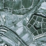 Původní lokací pro nové sídlo ministerstva války byl komplex Arlington Farms, jehož atypickému tvaru se přizpůsobila i podoba centra, které mělo být nepravidelným pětiúhelníkem. Celý projekt se poté sice přestěhoval na letiště Hoover Airport, tvar pětiúhelníku však už zůstal.