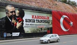 Silnice v Ankaře s billboardem tureckého prezidenta Recepa Tayyipa Erdoğana, ilustrační foto