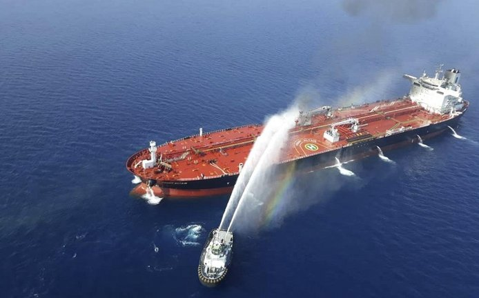 Japonský tanker Kokuka Courageous poškodila nejspíš mina, a to právě v době, kdy v Íránu jednal japonský premiér Šinzó Abe. USA z útoku obvinily Írán.