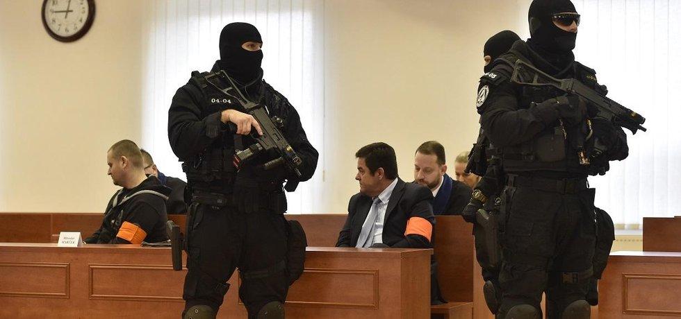 Obžalovaní v kauze zabití slovenského novináře Jána Kuciaka: vlevo Miroslav Marček, uprostřed podnikatel Marian Kočner