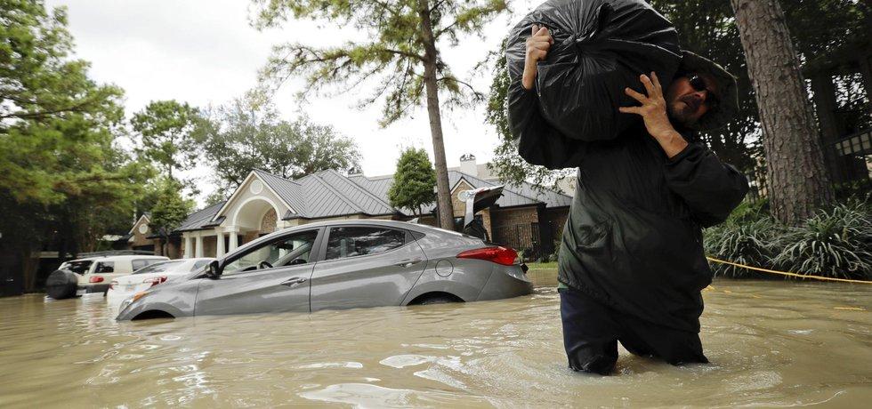 Patrick Tobias z texaského Kingwoodu si v apartmánu v zatopeném domě sbalil jen nejnutnější věci