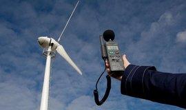 Větrná turbína a hladina hluku, ilustrační foto