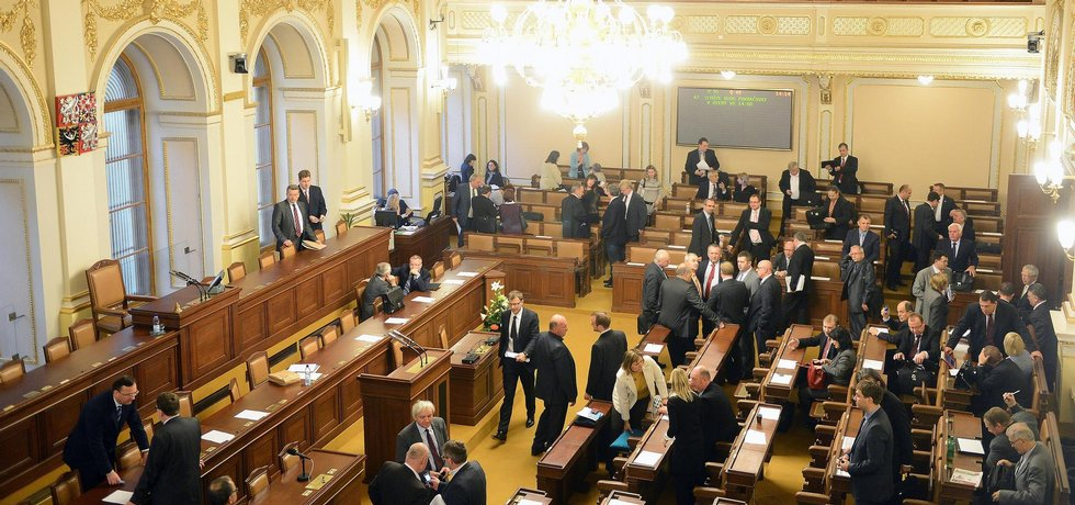 Sněmovna bude o vládním daňovém balíčku, prováděcím zákoně k důchodové reformě a dalších zákonech vetovaných senátem či prezidentem zřejmě jednat ve středu.  (Foto ČTK)