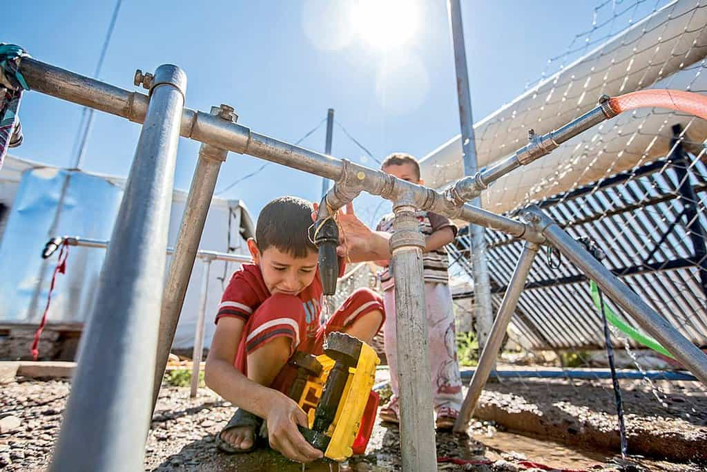 """Je draho. V uprchlickém táboře Kawrogosk nedaleko hlavního kurdského města Irbílu žije 2400 převážně syrských rodin. Potraviny jim dodává World Food Program (Světový fond pro výživu). S prodlužováním války přibývá uprchlíků, zatímco příděly klesají. """"Na začátku dostávala rodina třicet dolarů na osobu měsíčně. Teď jsme museli tuto částku snížit na devatenáct dolarů. Potraviny jsou v kempu dokonce dražší než v Irbílu,"""" vysvětluje Mohamed Ataomar, jeden z manažerů starajících se o chod tábora."""