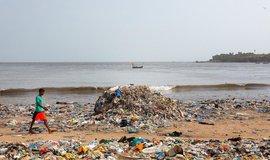 Znečištěná pláž plasty v Indii, ilustrační foto