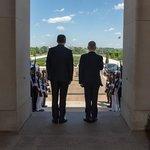 Ministr obrany USA James Mattis se svým tehdejším českým protějškem Martinem Stropnickým přihlížejí ceremonii před Pentagonem.