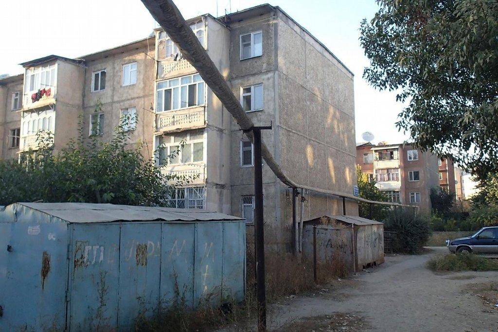 Panelák ve městě Oš, kde sídlí nejlevnější hostel ve městě. Strávil jsem tady týden odpojený od okolního světa. Během té doby jsem léčil průjem a hlavně cestovatelskou krizi.