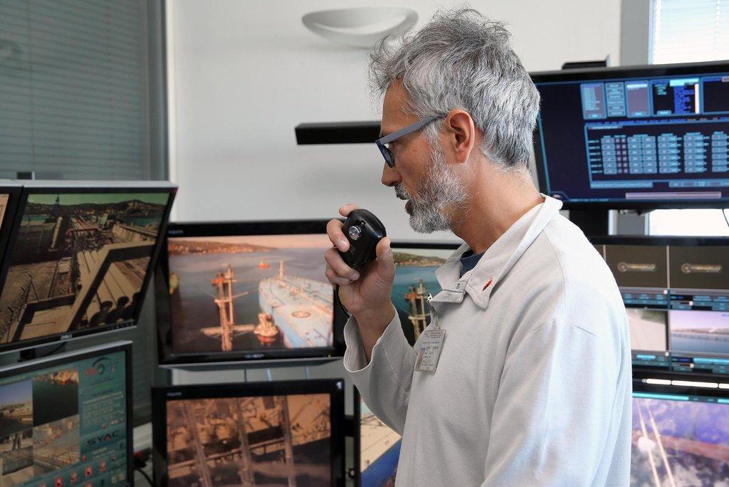Čerpání pod kontrolou. Pracovník italské společnosti siot kontroluje přečerpávání ropy z tankerů.