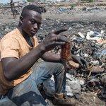Lidé na skládce Agbogbloshie hledají hlavně měď.