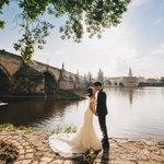 Karlův most nebo Pražský hrad. Ideální pozadí pro fotografie, které se ukazují přátelům.