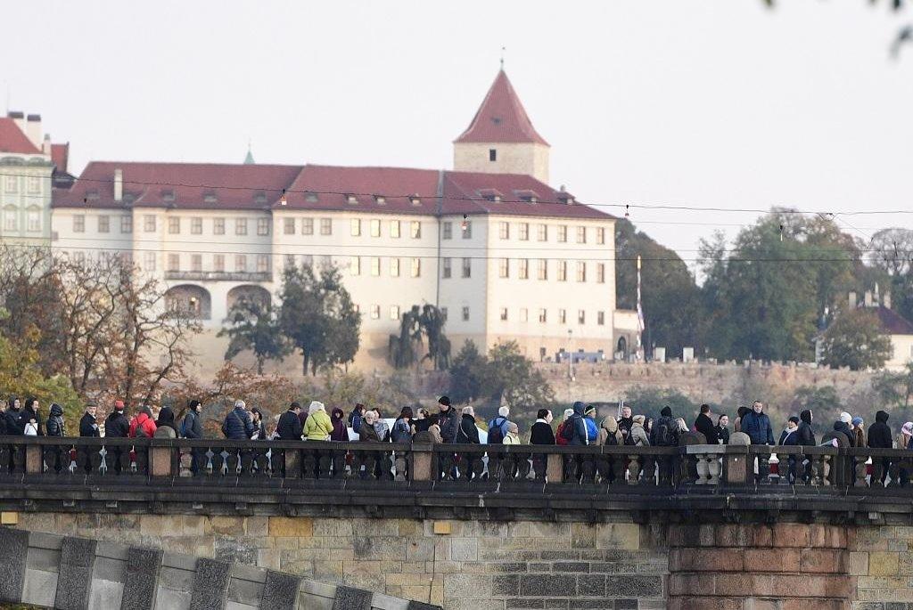 Na rozloučení s Karlem Gottem na pražském Žofíně se už od rána vytvořila fronta přes přilehlý most Legií až na Janáčkovo nábřeží na protějším břehu Vltavy