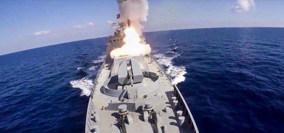Rusové z bitevní lodi vypálily na pozice teroristů střely s plochou dráhou letu