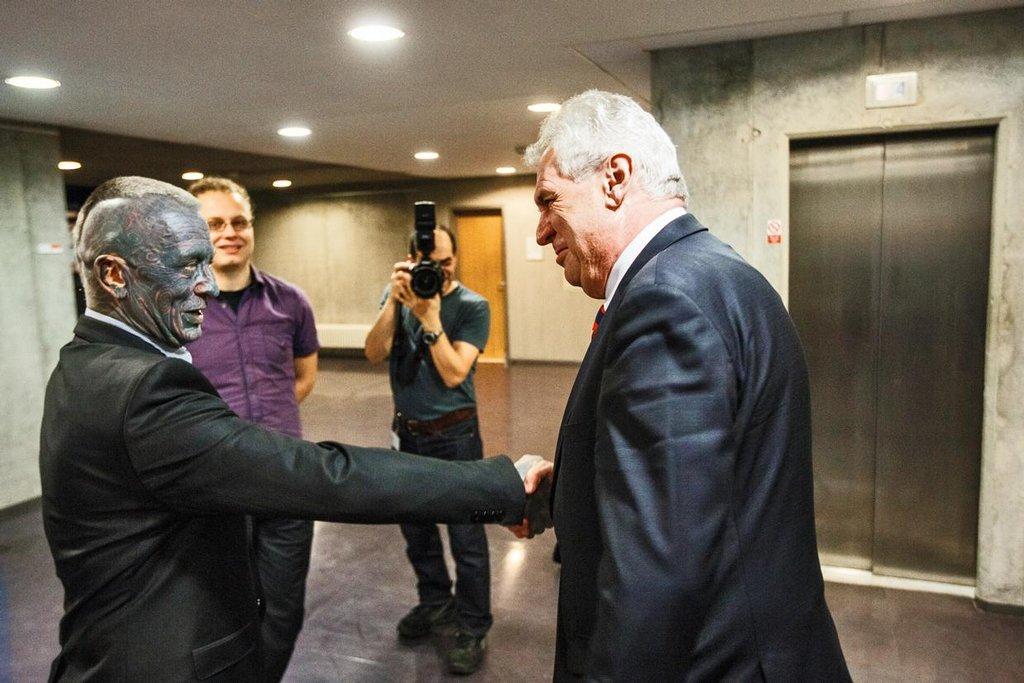 2013. Vox populi, vox dei. Ostudné okolnosti volby hlavy státu z roku 2008 vystupňovaly tlak veřejnosti na to, aby prezidenta nevolili politici, ale všichni plnoletí a svéprávní občané. Ústavní zákon o přímé volbě byl přijat 8. února 2012, v lednu následujícího roku se uskutečnila historicky první dvoukolová volba. Ze zástupu uchazečů o nejvyšší úřad vzešel jako vítěz Miloš Zeman, hlas mu dalo přes 2,7 milionu voličů. Vyhrál s pohodlným náskokem deseti procent, jeho soupeř z druhého kola Karel Schwarzenberg získal o půl milionu méně hlasů. Miloš Zeman činy i slovy polarizuje společnost, zesilují spory o rozsah pravomocí prakticky neodvolatelného, přímo voleného prezidenta