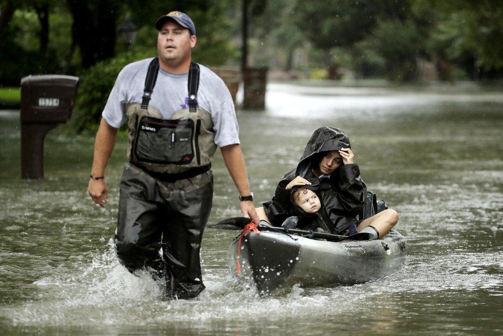 Záchranář v západním Houstonu odváží ženu s dítětem
