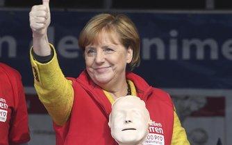 Německá kancléřka Angela Merkelová s částí resuscitační figuríny na podiu v Greifswaldu u příležitosti  univerzitního projektu na osvětu o resuscitaci