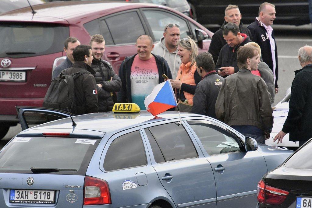 Taxikáři protestují proti službě Uber na letišti