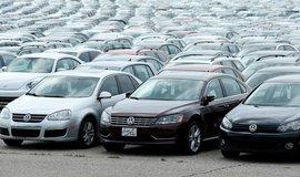 Tisíce odstavených volkswagenů a audi na parkovišti u stadionu Pontiac Silverdome