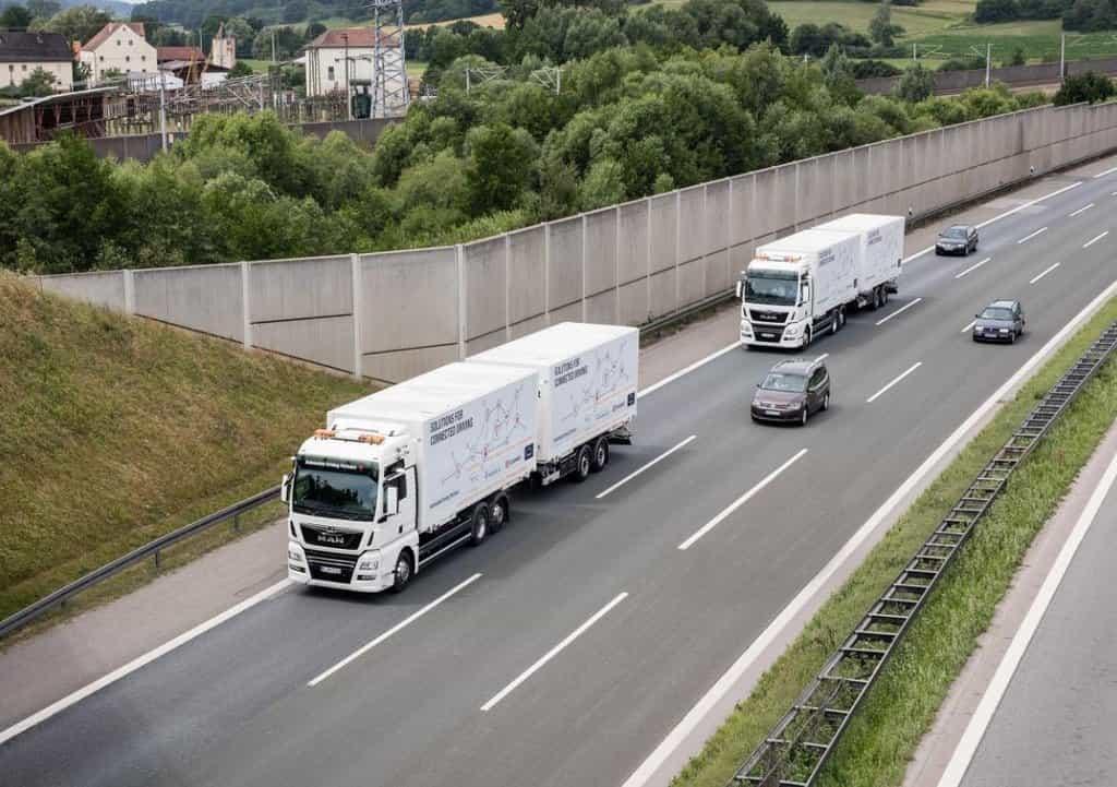 Kamiony MAN sdružené do autonomní kolony.