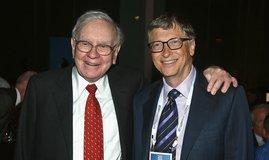 Nejbohatší muž světa Bill Gates (vpravo) a třetí nejbohatší Warren Buffett