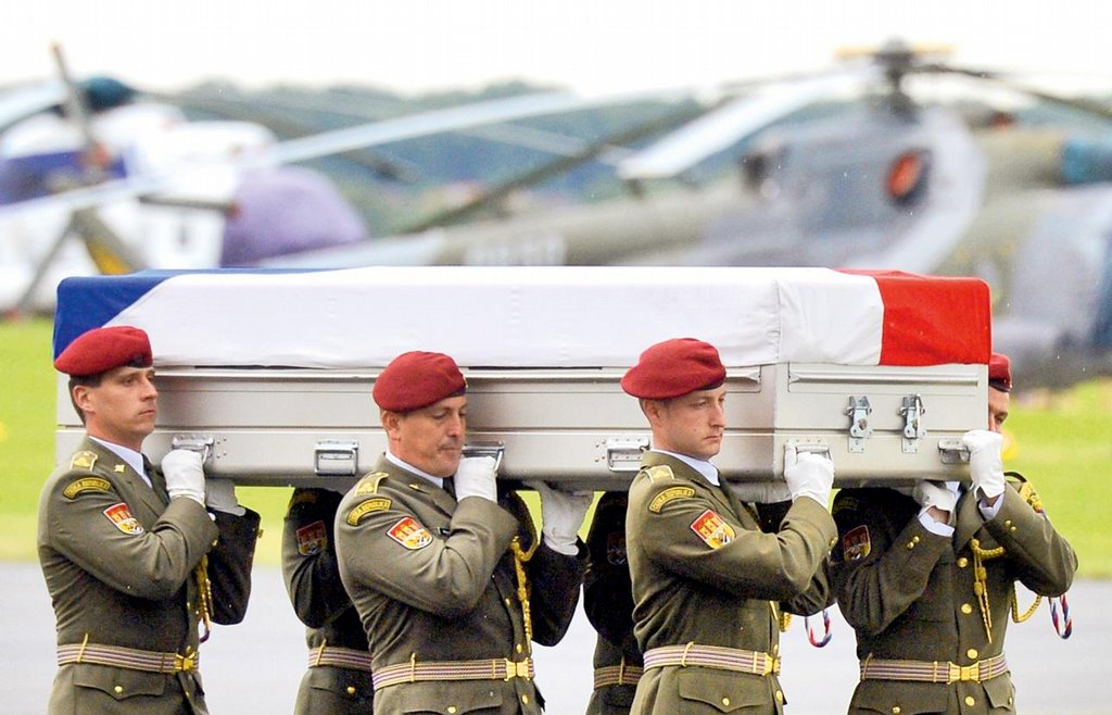 2014. Ztráty v boji. Útok sebevražedného atentátníka u základny Bagrám v Afghánistánu si vyžádal dosud nejcitelnější ztrátu v řadách českých ozbrojených sil. Na místě zahynuli čtyři vojáci, další utrpěl těžká zranění, kterým za několik dní podlehl. Od roku 1990 tehdejší Československo a později Česko přišly v zahraničních misích o 24 vojáků, z toho devět zahynulo v Afghánistánu. Po roce 1989 se čeští a slovenští vojáci proslavili při osvobozování Kuvajtu. Pak působili nejprve v Bosně a Hercegovině, později v Kosovu. V bývalé Jugoslávii se vystřídalo celkem 15 tisíc českých vojáků. Po útoku z 11. září 2001 zahájili spojenci protiteroristickou operaci Enduring Freedom. Armáda se zapojila vysláním  kontingentu 250 vojáků do Kuvajtu, v misi působil i prapor protichemické a 7. polní nemocnice. V posledních letech české gripeny chránily Pobaltí, nyní střeží vzdušný prostor nad Islandem. V pořadí už třetí český tým cvičí v Africe příslušníky malijské armády.