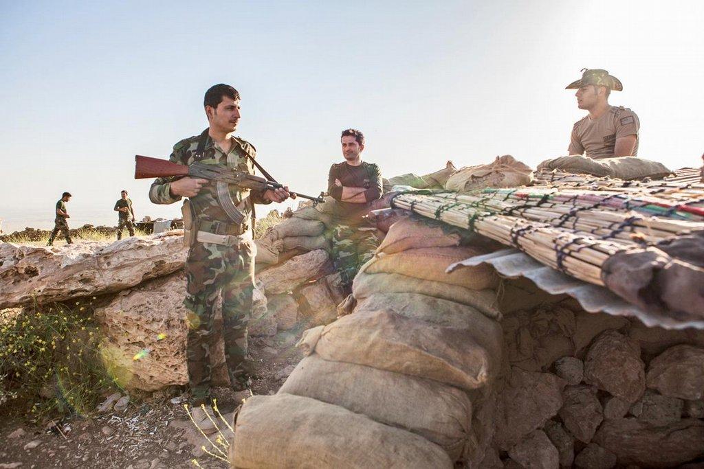 """Sebevrazi. Úsek fronty ovládaný iráckými komunisty u Mosulu je krajně nebezpečný. Nepřehledný terén plný nerovností jim dovoluje proniknout do bezprostřední blízkosti ochranného valu. """"Nejčastěji útočí v noci nebo za mlhy. Mnohokrát se dostali na deset metrů od nás. Někteří na sobě mají výbušniny, snaží se dostat do tábora a odpálit se. Před pár dny jsme jednoho zabili,"""" ukazuje na mobilu jeden z obránců fotku muže s prostřelenou hlavou"""