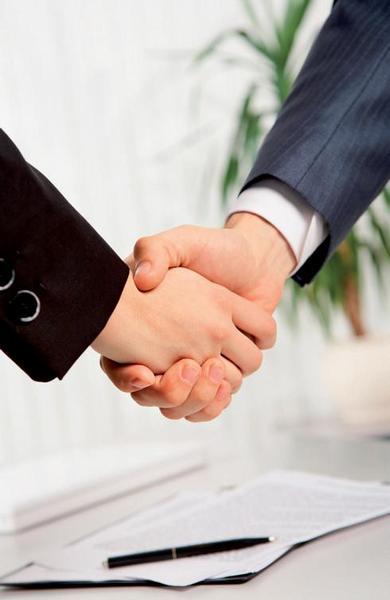 Ilustrační foto; ruce, dohoda, smlouva