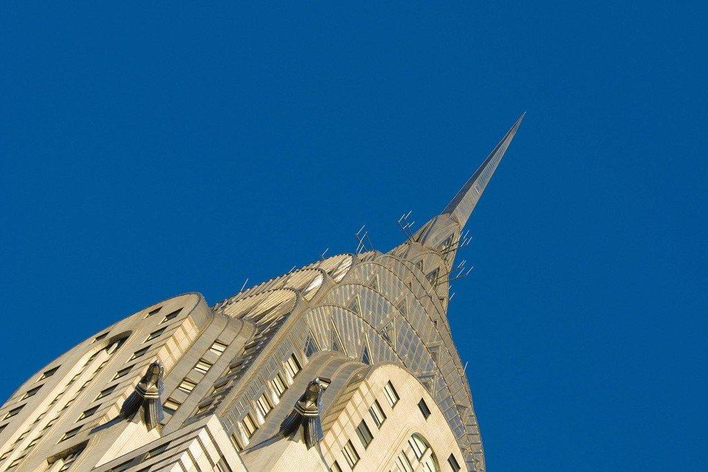Špička věže byla před dokončením ještě navýšena, aby v honbě za nejvyšší budovou světa překonala mrakodrap na Wall Street a zároveň Eiffelovu věž jako nejvyšší stavbu světa. Její vztyčení trvalo pouhých devadesát minut.