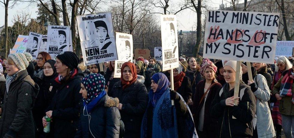 Protest proti zákazu zahalování obličeje na veřejnosti, ilustrační foto