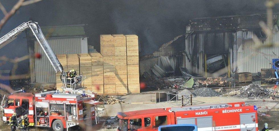 Mrazírny v Mochově stále hoří