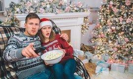 Sledování televize o Vánocích, ilustrační foto