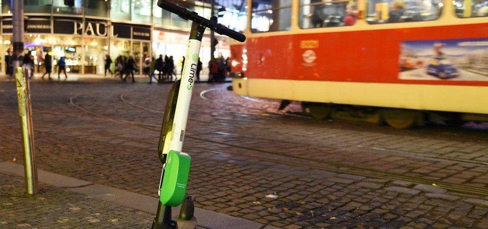 Elektrická koloběžka firmy Lime v Praze, ilustrační foto