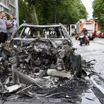 Ve čtvrti Altona neznámí pachatelé zapálili desítky aut, zaútočili i na několik policejních vozů.