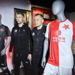 Fotbalisté Slavie Jaromír Zmrhal a Vladimír Coufal pózují s novými dresy