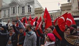 Manifestace před nizozemskou ambasádou v Istanbulu.